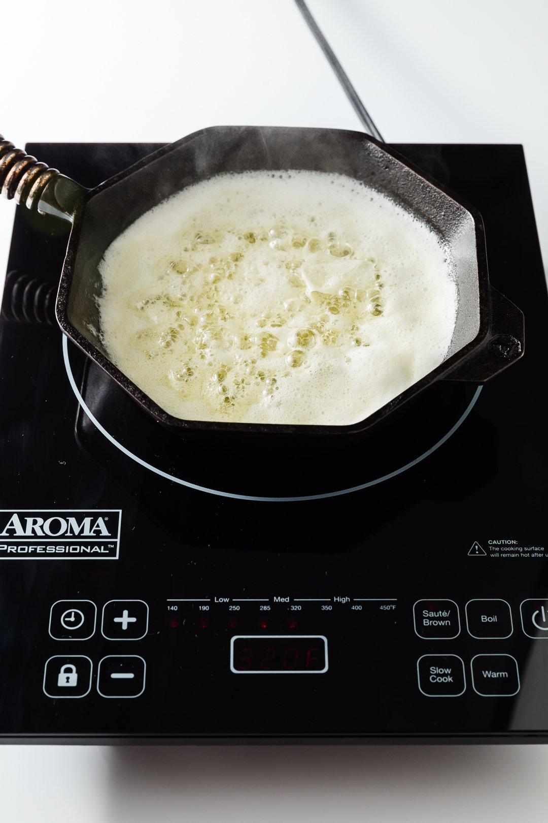 mantequilla hirviendo en una sartén