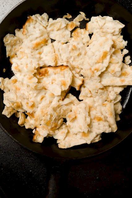 matzá empapado en agua para matzá brei
