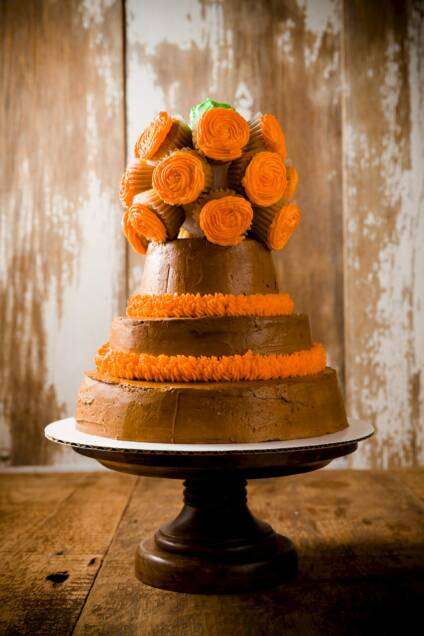 How to Decorate a Cake with a Cupcake Bouquet
