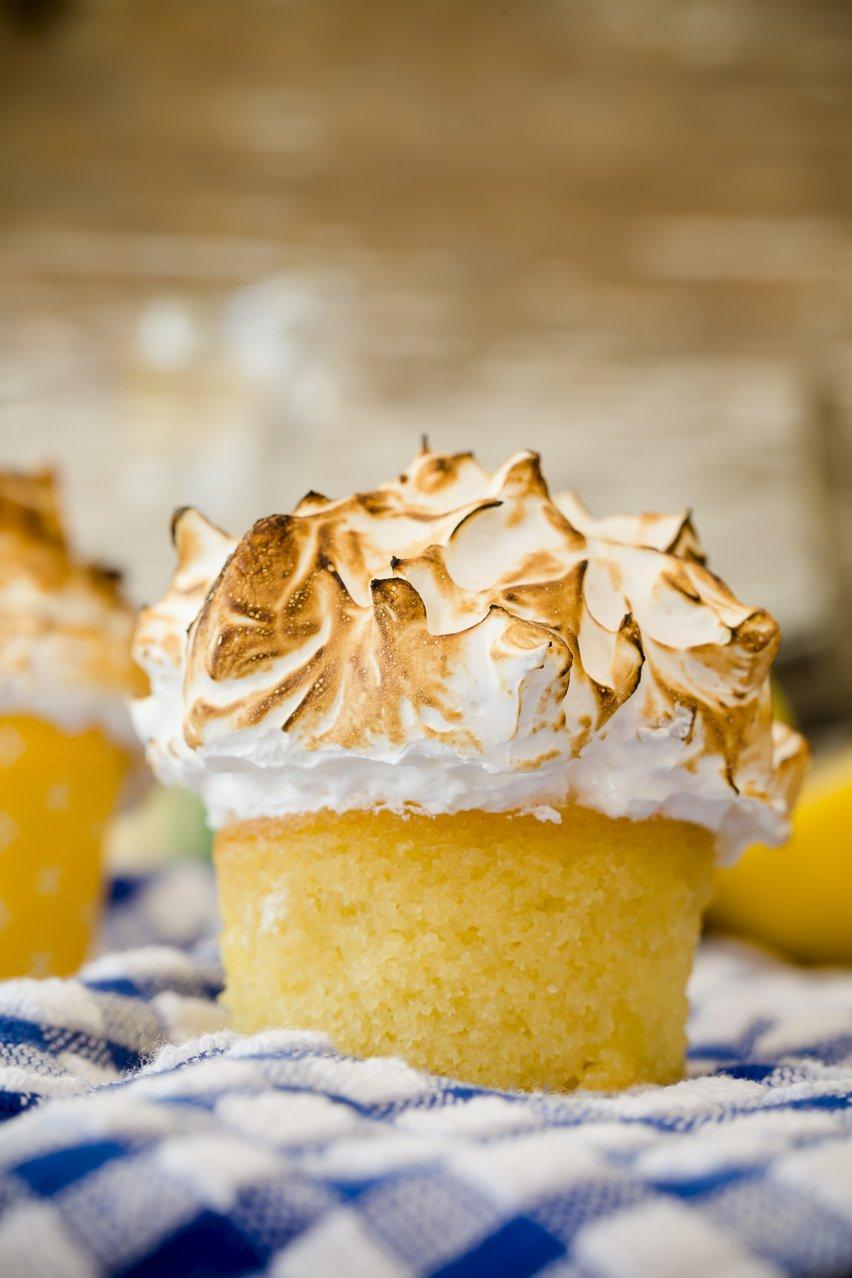 Cupcakes de merengue de limón de media milla sobre un mantel a cuadros