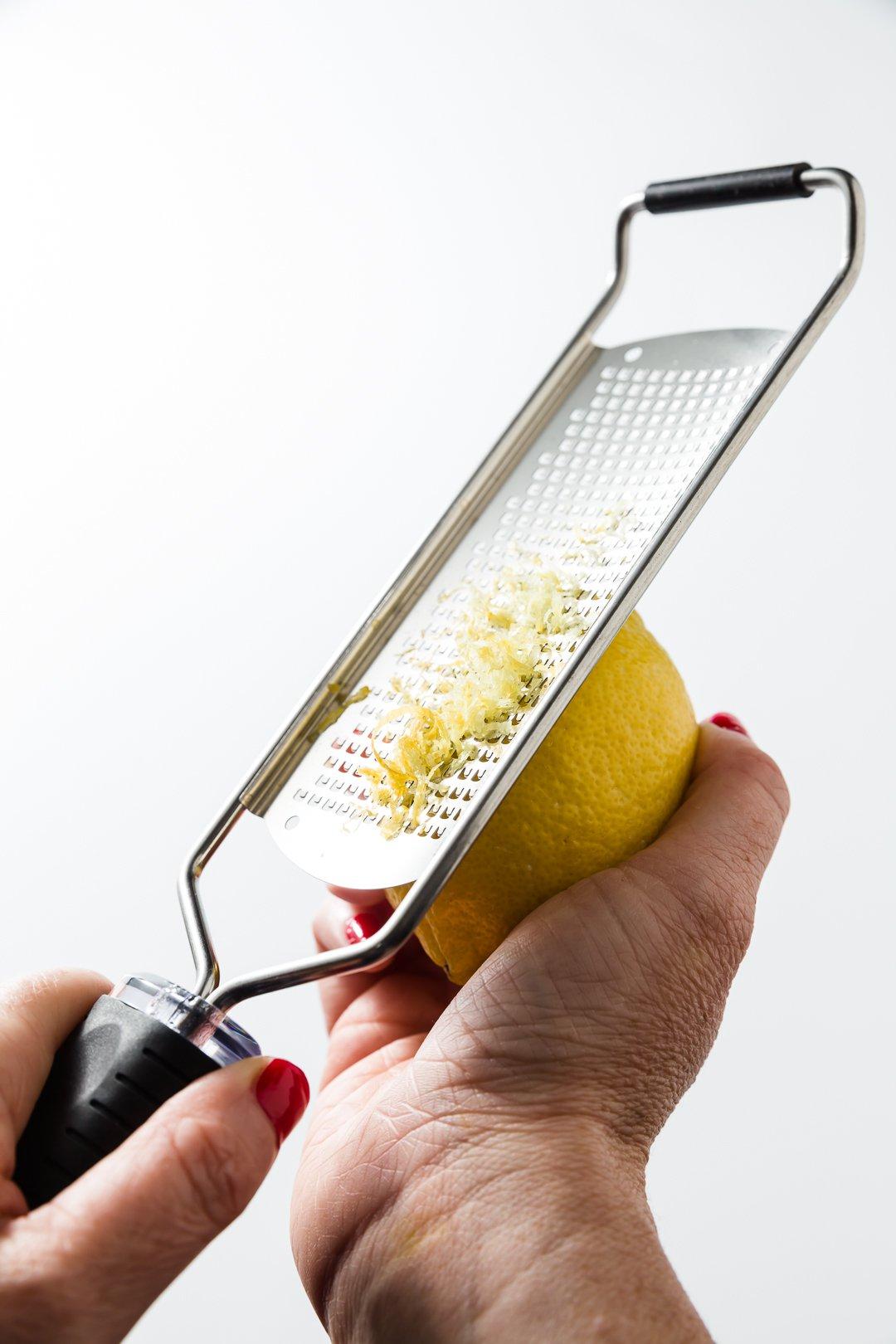 Zesting un limón con un microplano