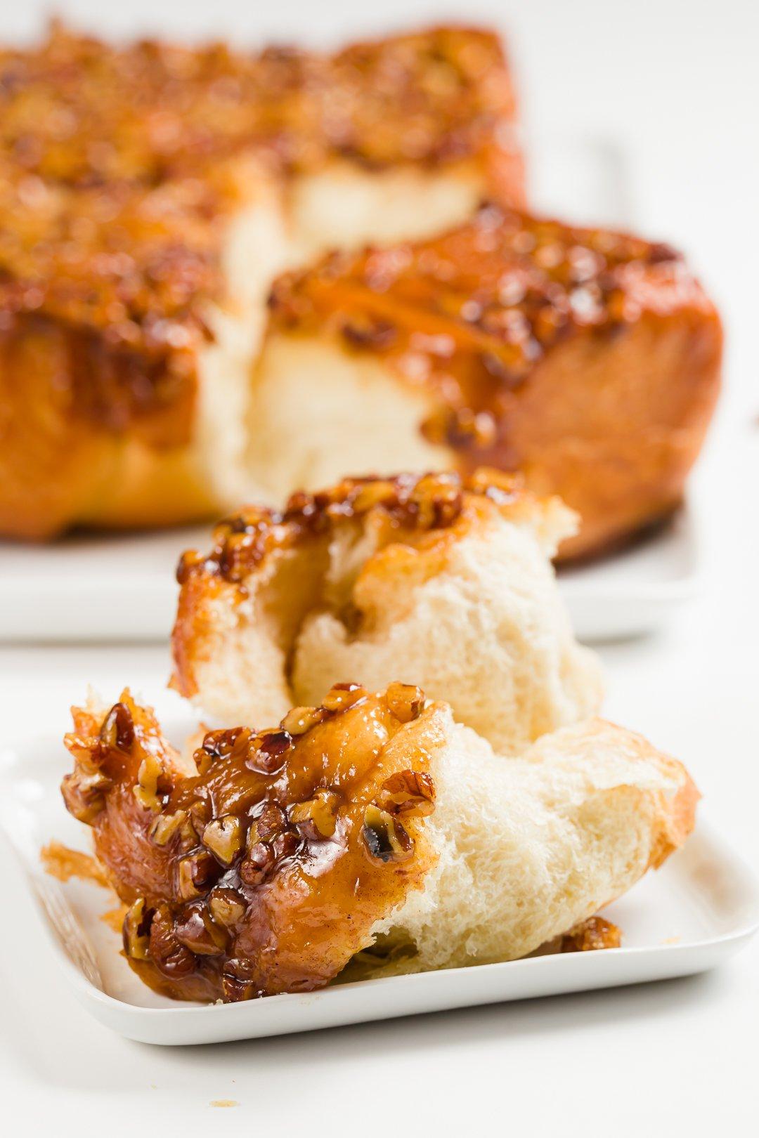 Pan de miel desgarrado en un plato
