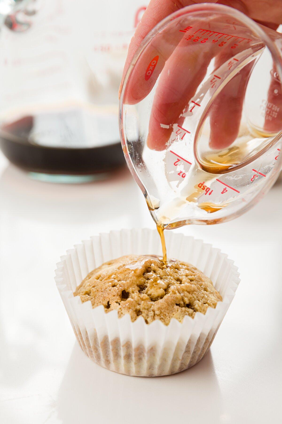 Tiro ajustado de Stef vertiendo una mezcla de café y ron en un cupcake de tiramisú