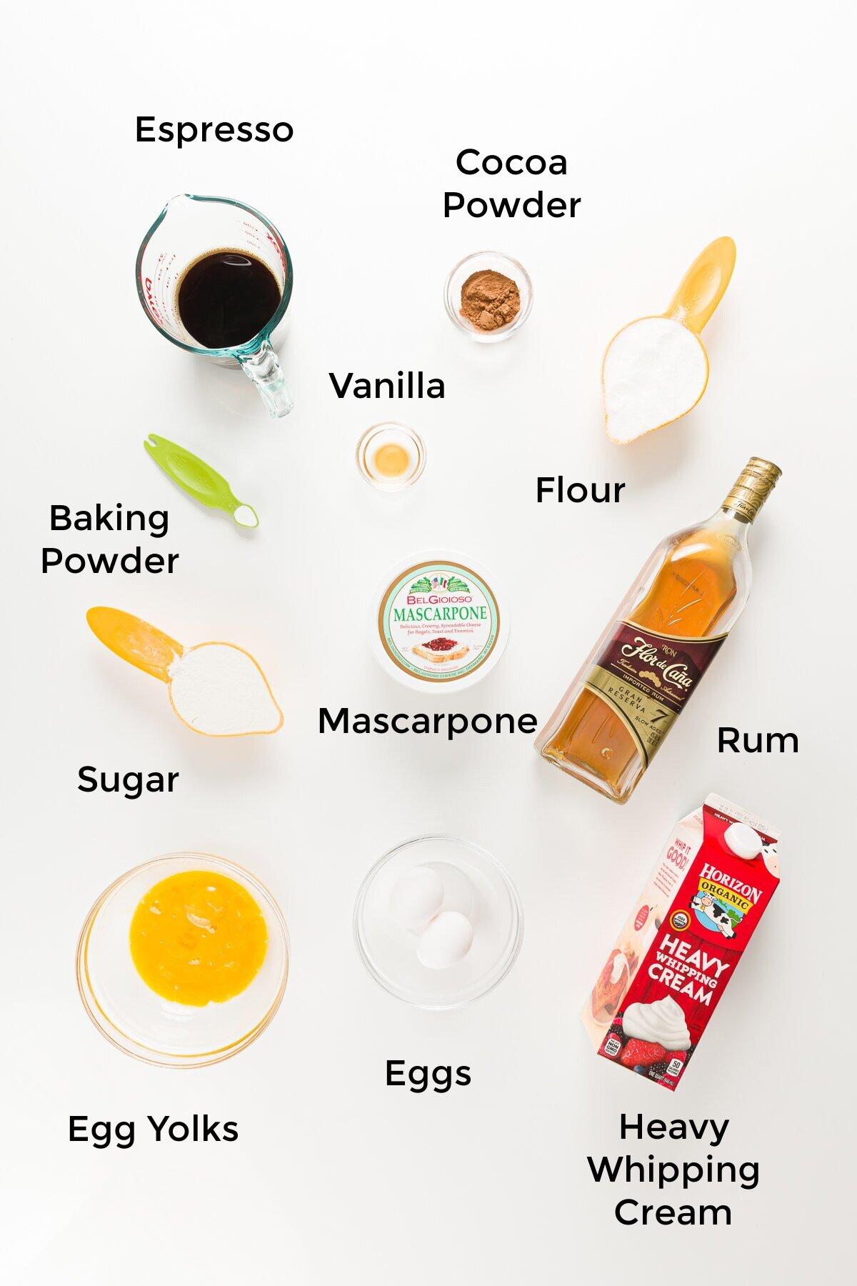 Fotografía cenital de ingredientes para cupcakes tiramisú